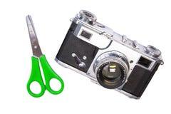 Câmera velha isolada com tesouras verdes fotos de stock