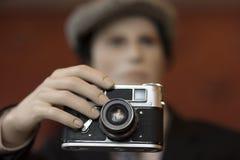 Câmera velha nas mãos Foto de Stock Royalty Free