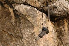 Câmera velha que pendura na rocha Fotos de Stock Royalty Free