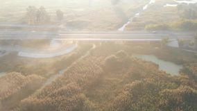 A câmera voa sobre a ponte em que os carros estão viajando video estoque