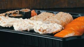 A câmera zumbe Muito Nigiri diferente Gunkan Maki Sushi com fim salmon do pepino do queijo de Philadelphfia da enguia acima da vi video estoque