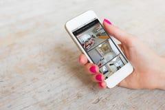 Câmeras de segurança interna vistas no telefone celular fotos de stock