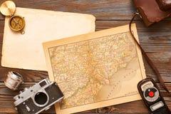 Câmeras e lentes do vintage no mapa do século da antiguidade XIX Fotografia de Stock