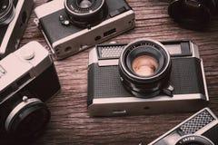 Câmeras retros do filme no fundo de madeira Foto de Stock