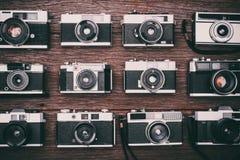 Câmeras retros do filme no fundo de madeira Imagens de Stock