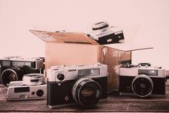 Câmeras retros do filme no fundo de madeira Imagem de Stock Royalty Free