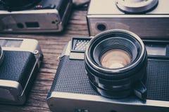 Câmeras retros do filme no fundo de madeira Imagens de Stock Royalty Free
