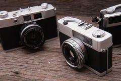 Câmeras retros do filme no fundo de madeira Fotos de Stock