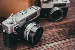 Câmeras retros do filme no fundo de madeira Fotografia de Stock
