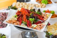 Câncer cozinhado em uma tabela de banquete para um casamento Petisco para a cerveja foto de stock