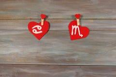 Câncer e escorpião sinais do zodíaco e do coração backg de madeira foto de stock royalty free