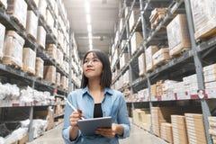 Cândido do auditor da mulher ou do trabalho asiático atrativo novo do pessoal do estagiário que olham acima o inventário da avali fotografia de stock