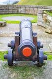 Cânone do ferro no castelo de Dôvar com limite e rodas imagens de stock royalty free