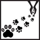 Cães pretos das pegadas em hands1 fotos de stock royalty free