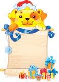 Cão amarelo da terra com rolo e ornamento do Natal Fotos de Stock Royalty Free