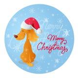 Cão amarelo de sorriso de assento bonito Fundo azul com flocos de neve e Feliz Natal vermelho da rotulação Fotografia de Stock Royalty Free