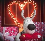 Cão bege com o coração vermelho Imagens de Stock