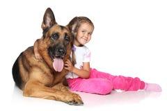 Cão da rapariga e de pastor alemão Foto de Stock