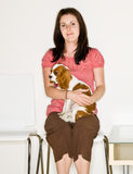 Cão da terra arrendada da mulher na sala de espera Fotos de Stock Royalty Free