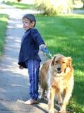 Cão da terra arrendada do menino do funcionamento Imagens de Stock Royalty Free