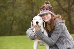 Cão de fala da rapariga para a caminhada Fotografia de Stock Royalty Free