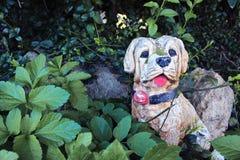 Cão de pedra na grama Fotos de Stock Royalty Free