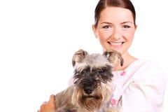 Cão de sorriso da terra arrendada do veterinário fotografia de stock royalty free