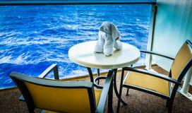 Cão de toalha no balcão do navio de cruzeiros imagem de stock