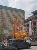 Cão de Usher The Year Of The no coração do bairro chinês, Singapura Imagens de Stock Royalty Free