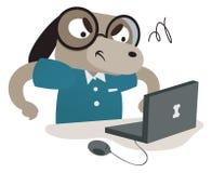 Cão do lerdo usando um computador Foto de Stock Royalty Free