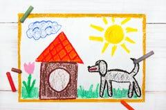 Cão e casa de cachorro grandes pretos fotografia de stock royalty free