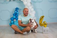 Cão e gajo junto no estúdio, retrato foto de stock