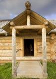 Cão em uma casa de madeira foto de stock royalty free