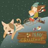 Cão engraçado que puxa o pequeno trenó com crianças Imagem de Stock Royalty Free