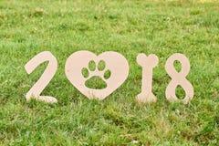 Cão feliz adorável do terrier de raposa no greetin do ano novo do parque 2018 Imagem de Stock