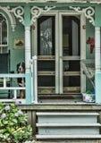 Cão no pão-de-espécie Front Porch imagens de stock royalty free