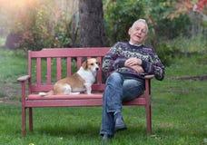 Cão que consola o homem Fotos de Stock Royalty Free