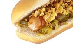 Cão quente com cebolas e pepino Fotografia de Stock Royalty Free
