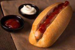 Cão quente com ketchup imagens de stock