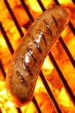 Cão quente da salsicha na grade do assado Foto de Stock