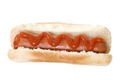 Cão quente isolado com ketchup Fotos de Stock Royalty Free