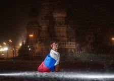 Cão Rhodesian Ridgeback e uma bandeira do russo fotografia de stock