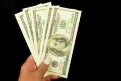 Cédula canadense americana dos dólares do dinheiro nas mãos de uma menina foto de stock royalty free