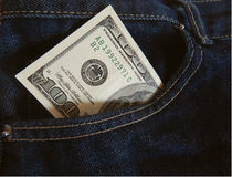 Cédula cem dólares no bolso das calças de brim Fotos de Stock Royalty Free