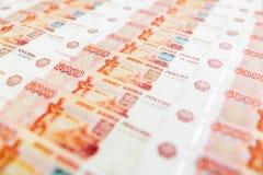 Cédula de papel do russo 5000 rublos de fundo Pena, eyeglasses e gráficos Fotografia de Stock Royalty Free