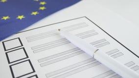 Cédula de votação com a pena branca na União Europeia video estoque