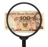 Cédula 1986 de 100 Zlotych do Polônia e lente de aumento isolada sobre Imagens de Stock Royalty Free