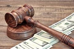 Cédula do dólar dos EUA e martelo de madeira dos juizes Imagens de Stock Royalty Free