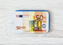 Cédula do euro do chocolate 50 no fundo de madeira Fotos de Stock