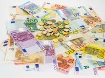 A cédula do Euro e o dinheiro das moedas financiam o dinheiro do conceito no CCB branco Foto de Stock